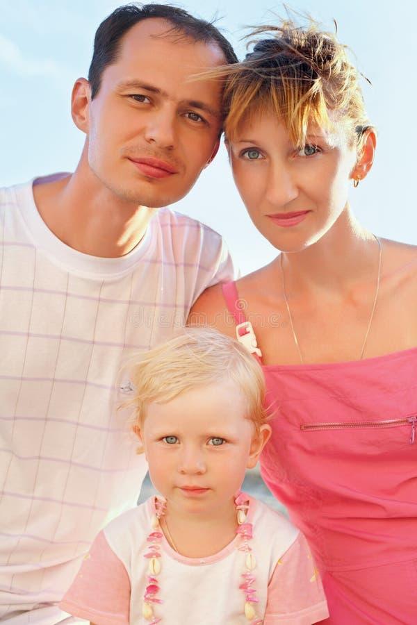 plażowy rodzinny szczęśliwy target1615_0_ zdecydowanie obrazy stock