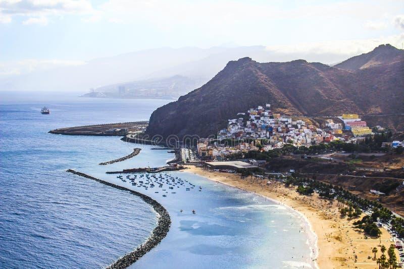 Plażowy Tenerife Lato Playa De Las Teresitas oceanu krajobrazu gór wioski miasta kurortu Atlantycki widok obrazy royalty free