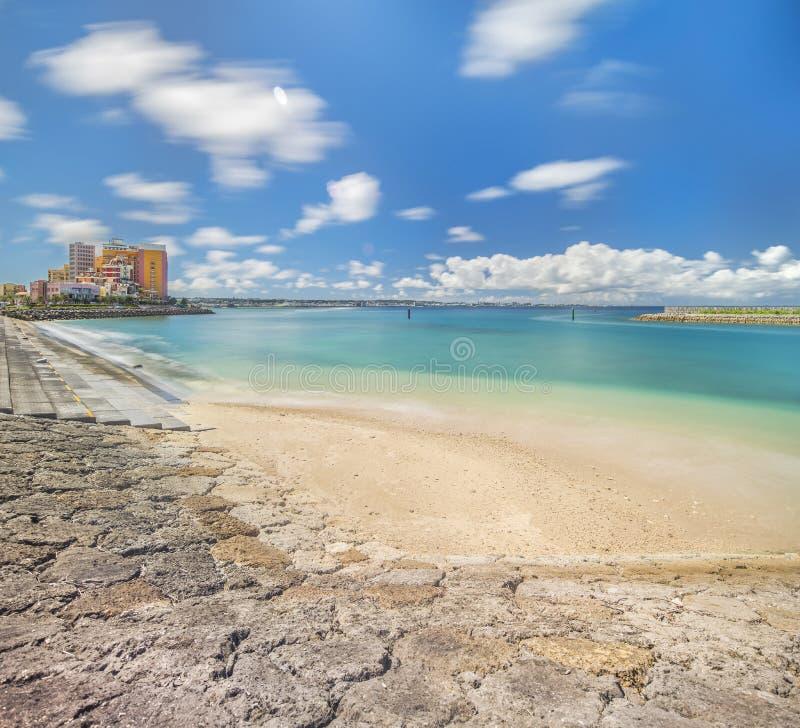 Plażowy wybrzeże wykładał z drzewkami palmowymi wykoślawienie nadmorski, Dębowa moda, zajezdni wyspy nadmorski budynki i naczynie zdjęcia stock