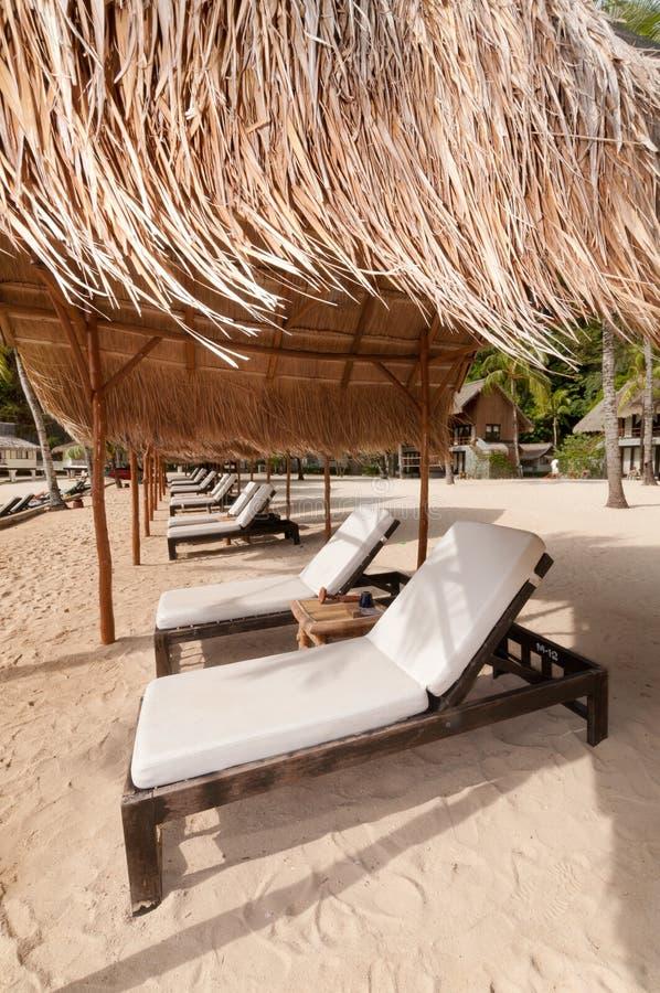 plażowych łóżek egzotyczny denny brzeg tropikalny fotografia stock