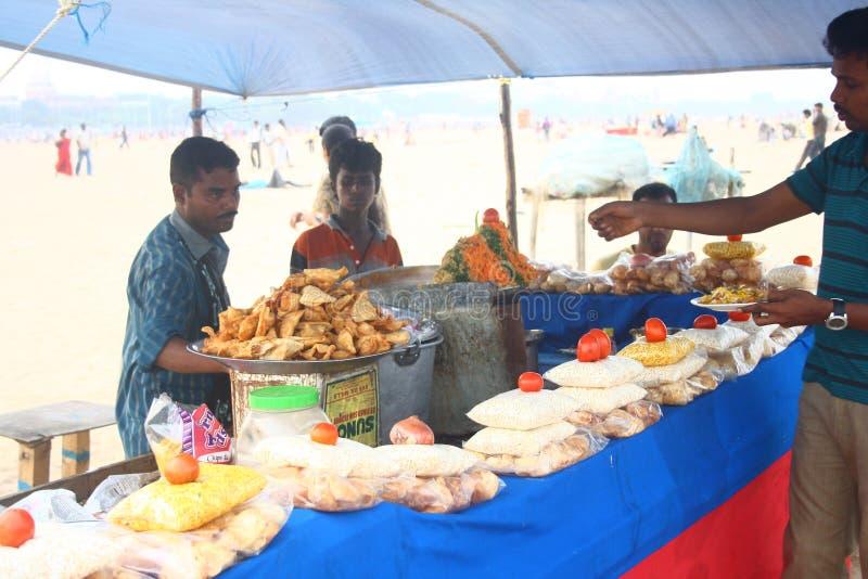 plażowych chennai ind lokalny marina przekąsza sprzedawcy zdjęcia stock