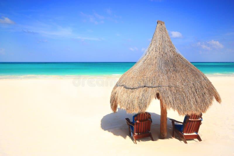 plaży krzeseł budy palapa kurortu parasol zdjęcie stock