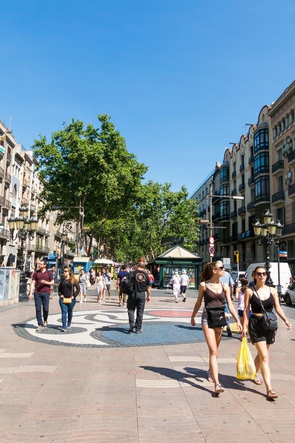 Pla de l mosaico do ` s de Joan Miro do ósmio do ` no La Rambla Barcelona, Spain imagem de stock