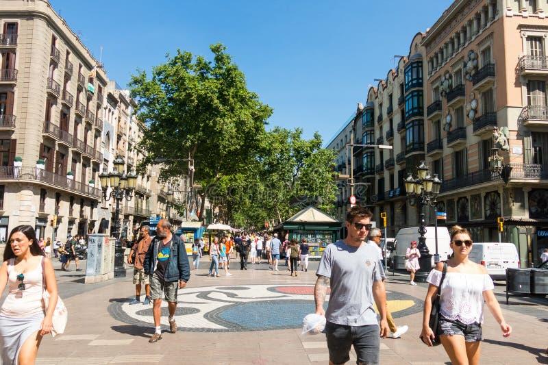 Pla de l mosaico do ` s de Joan Miro do ósmio do ` no La Rambla Barcelona, Spain fotos de stock