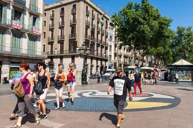 Pla de l mosaico do ` s de Joan Miro do ósmio do ` no La Rambla Barcelona, Spain fotografia de stock
