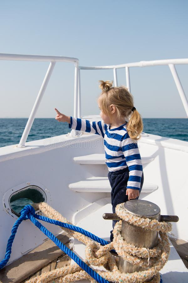 Pla?a dzwoni i musimy i?? Ch?opiec cieszy si? urlopowego dennego statek wycieczkowego Dziecko ?eglarz Ch?opiec ?eglarza podr??ny  zdjęcie stock