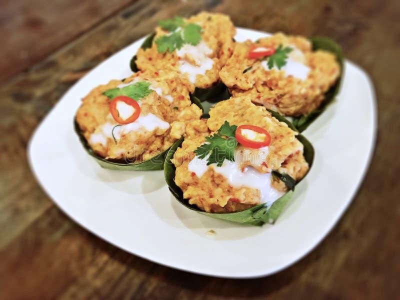 Pla Hor Mok - испаренная рыба в молоке кокоса и затире chili обернутых с бананом выходит стоковая фотография