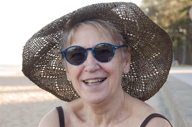 Download Plażowa starsza kobieta obraz stock. Obraz złożonej z piasek - 13336653