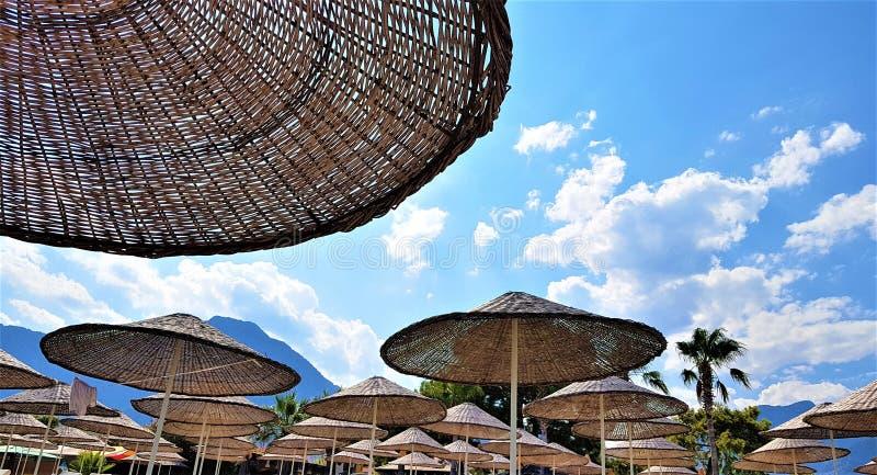 Pla?owi s?omiani parasole na morza ?r?dziemnomorskiego wybrze?u, Kemer, Turcja zdjęcie stock