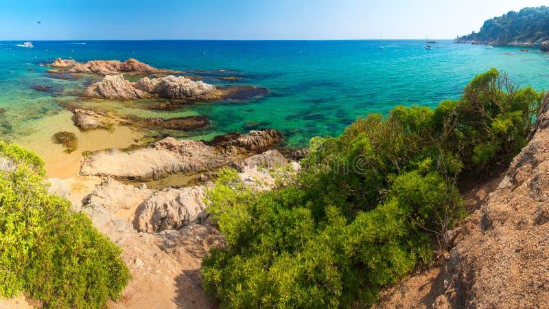 pla?owy De Lloret Mar Hiszpania kurortu plaża na pogodnym jasnym dniu Piaskowata plaża na wakacje w hiszpańskim brzegowym Costa B fotografia stock