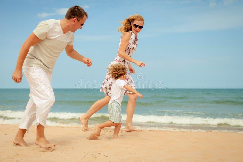 Download Pla?owy Rodzinny Szcz??liwy Bawi? Si? Obraz Stock - Obraz złożonej z lifestyle, aktywny: 41954845