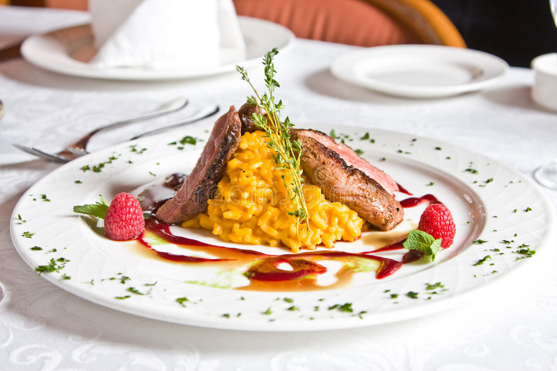 Plaat bij restaurant met maaltijd royalty-vrije stock afbeeldingen