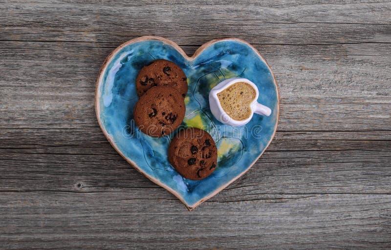 Plaat in de vorm van een hart en een kop met koffie in de vorm van een hart royalty-vrije stock foto