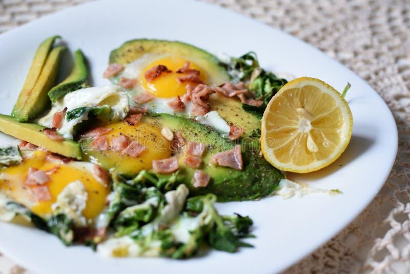 Plaat die met groenten en eieren wordt gevuld royalty-vrije stock foto