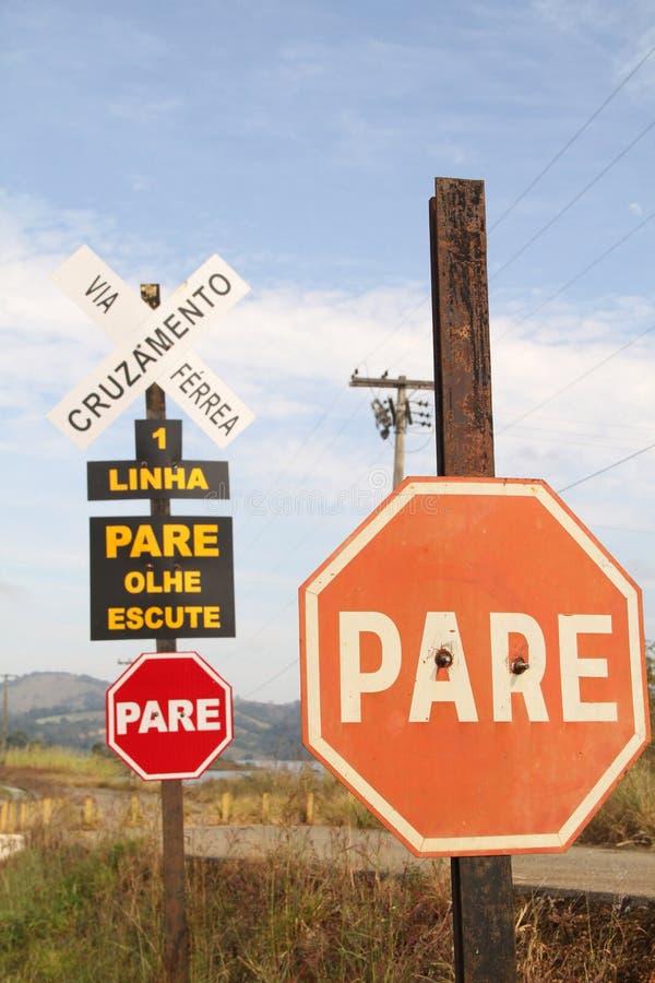 Plaat die via ferreaweg Agnesio kruisen Carvalho de Souza MG-335 district Macaia Bom Sucesso Minas Gerais Brazil stock afbeeldingen