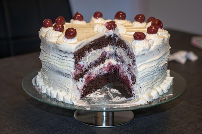 Plaat met authentieke Zwarte die Forest Cake Schwarzwalder-kirschcake met slagroom en kersen wordt verfraaid royalty-vrije stock foto