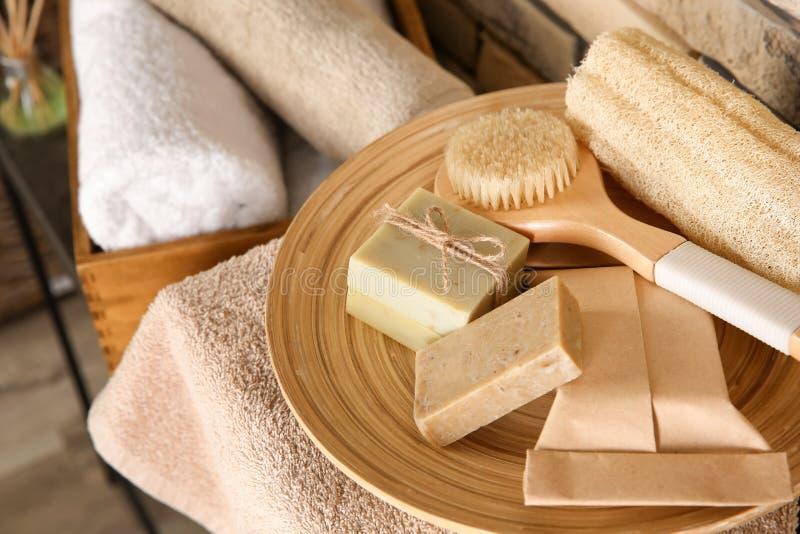Plaat met borstel, bosje en met de hand gemaakte zeepbars op lijst stock afbeelding