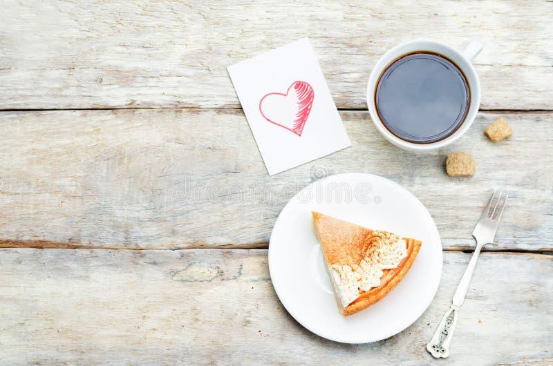 Plaat met cake en kop van koffie stock afbeeldingen
