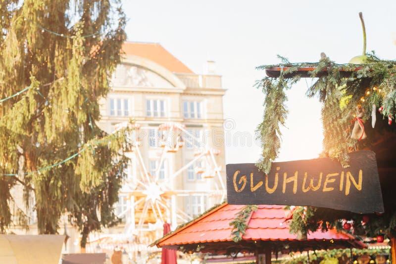 Plaat met de inschrijving in Duitse overwogen wijn Kerstmismarkt Striezelmarkt Dresden, Duitsland royalty-vrije stock fotografie