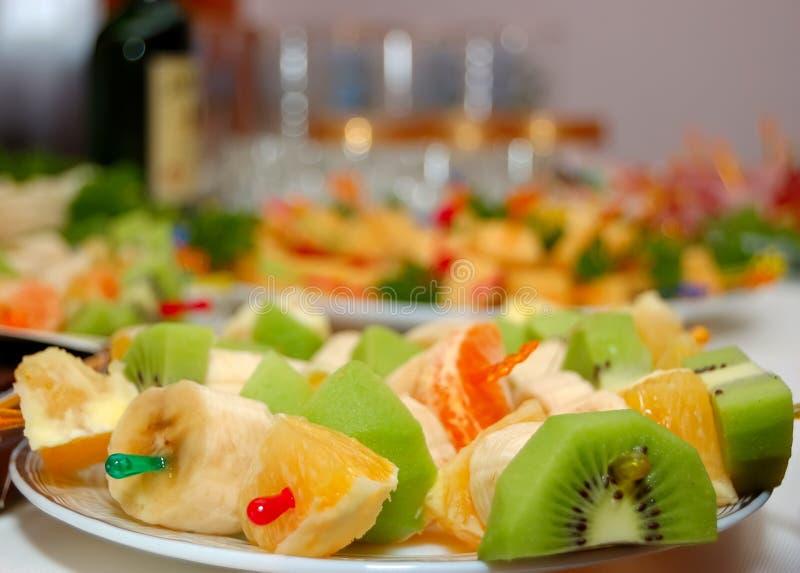 Plaat met fruit op een feestlijst. stock afbeelding