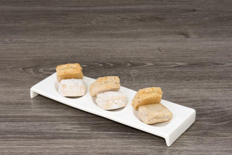 Plaat met geassorteerde cakes stock foto