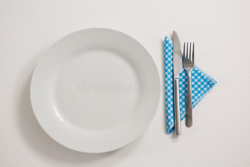 Plaat met het eten van werktuigen en servet royalty-vrije stock afbeeldingen