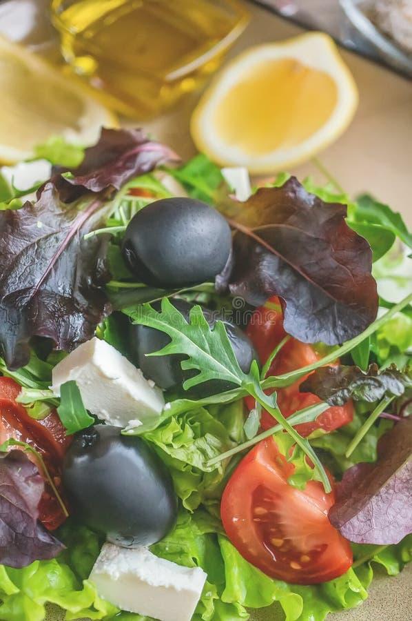 Plaat met keto dieetvoedsel Gehakte groenten voor het ketogenic dieet op een plaat Tomaten, salade met arugula, avocado en olijve royalty-vrije stock fotografie