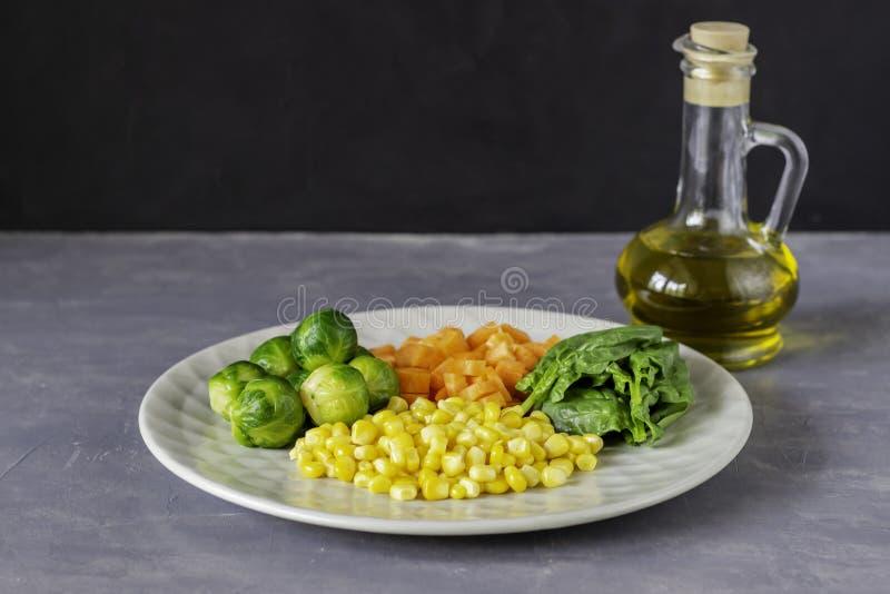Plaat met kool, wortelen, graan en spinazie Het gezonde Eten royalty-vrije stock fotografie