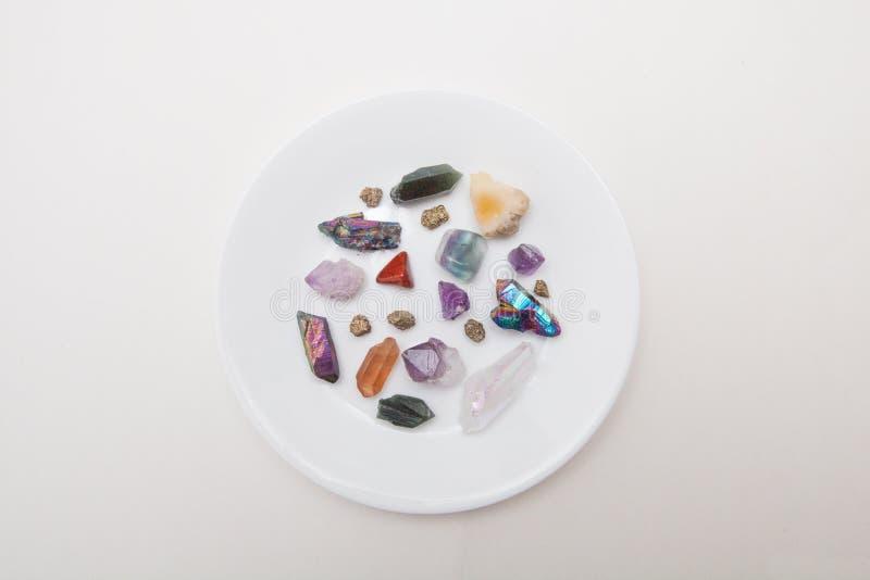 Plaat met kristallen op het royalty-vrije stock foto