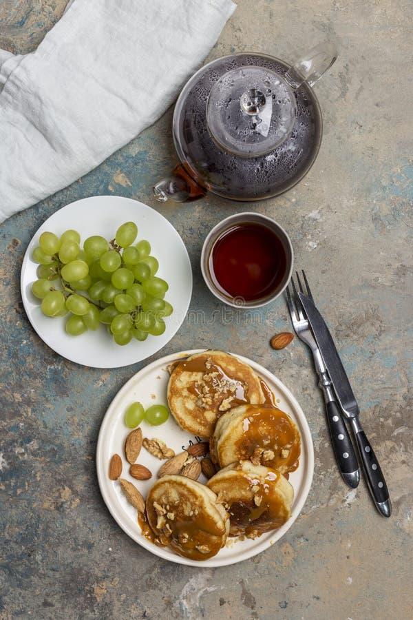 Plaat met pannekoeken met karamel en druif royalty-vrije stock afbeeldingen