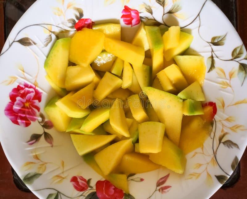 Plaat met stukken van mango Heerlijk tropisch sappig fruit Gezonde voeding stock foto