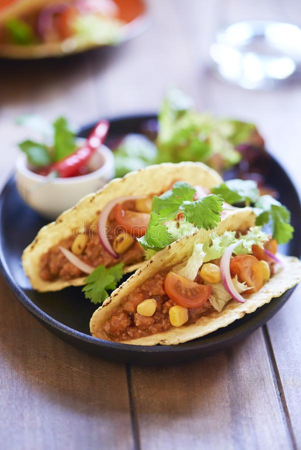Plaat met taco, salade en tomatenonderdompeling royalty-vrije stock afbeelding