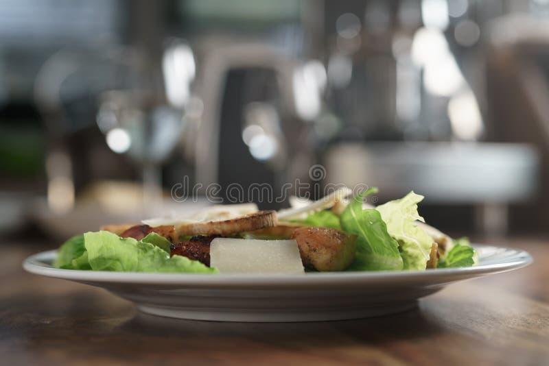 Plaat met verse caesar salade met kip op oude houten lijst royalty-vrije stock afbeelding