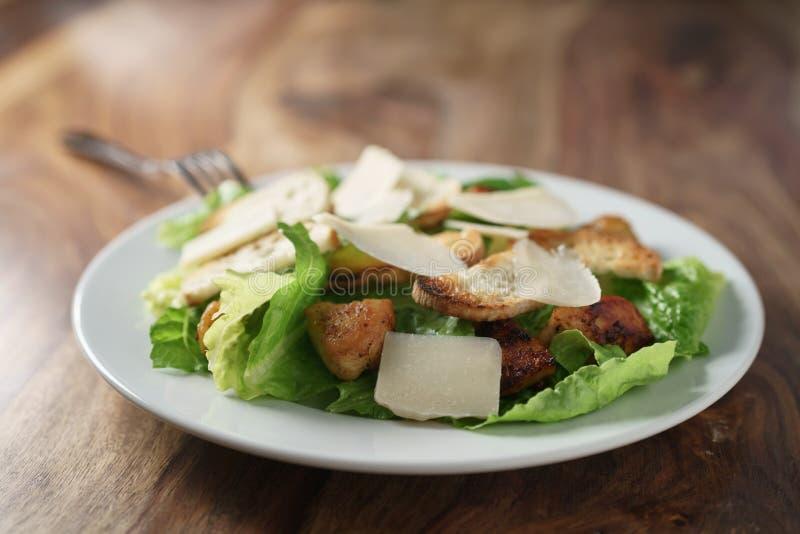 Plaat met verse caesar salade met kip op oude houten lijst stock afbeelding
