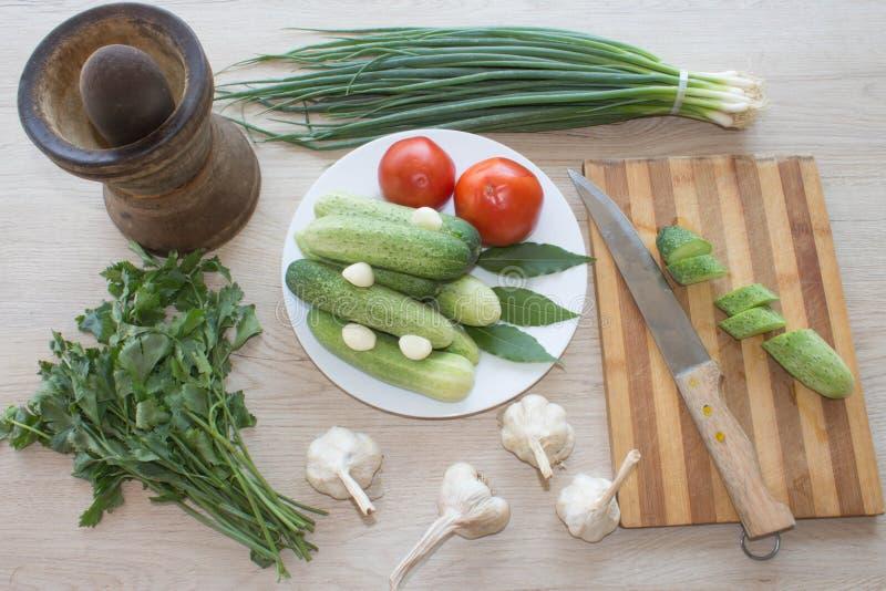Plaat met verse groenten op lijst komkommer Verse, ruwe veget stock afbeelding