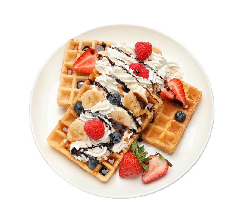 Plaat met yummy wafels, slagroom en bessen op witte achtergrond royalty-vrije stock foto's
