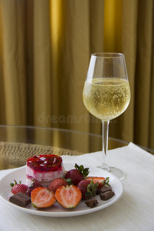 Plaat van aardbeidessert en champagne stock foto's