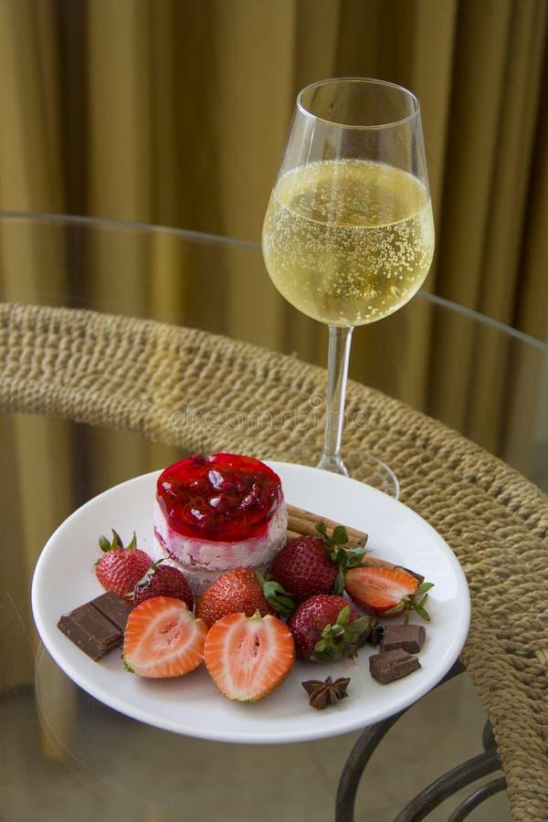 Plaat van aardbeidessert en champagne royalty-vrije stock foto's