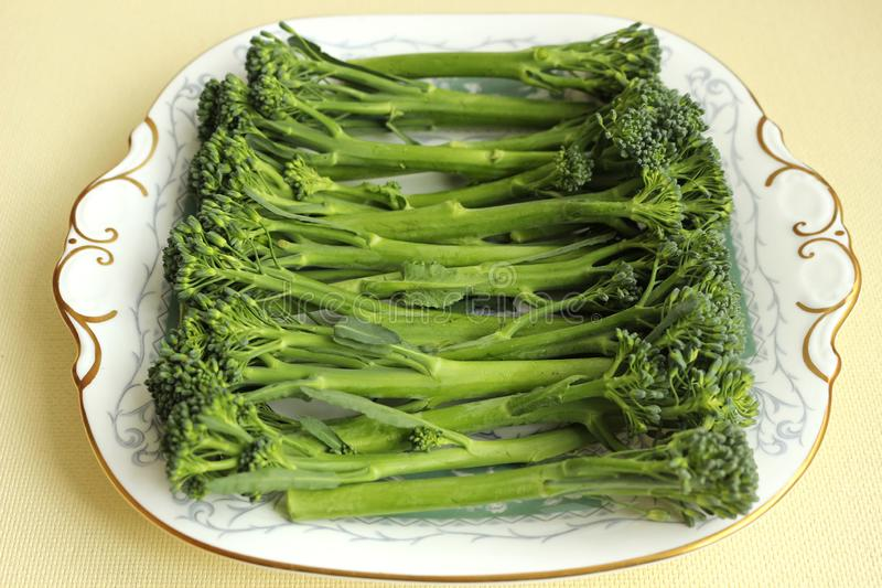 Plaat van broccoli stock foto