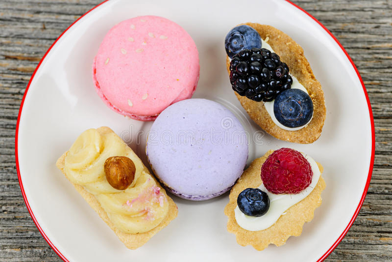 Plaat van buitensporige desserts stock foto's