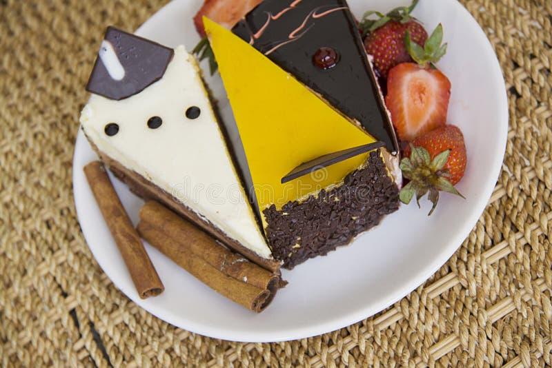 Plaat van cakes met kaneel en aardbei royalty-vrije stock afbeeldingen