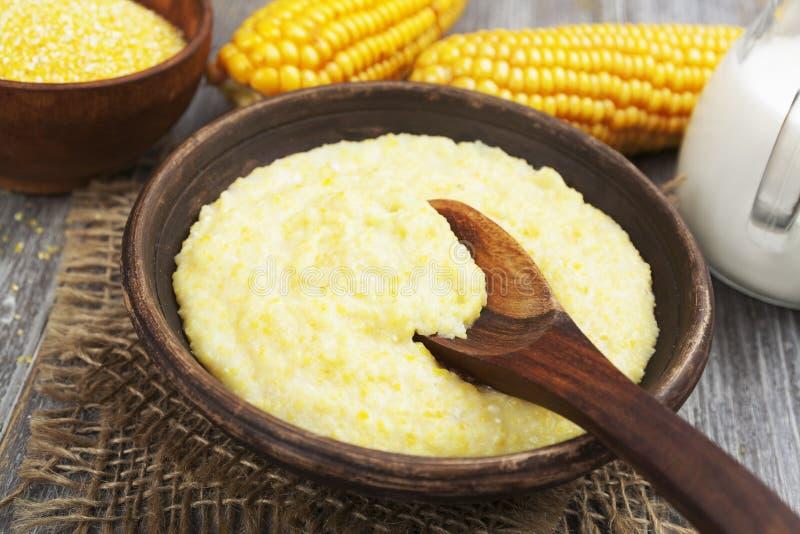 Plaat van droog die graan met vork en mes op wit van hoogste mening wordt geïsoleerd stock afbeelding