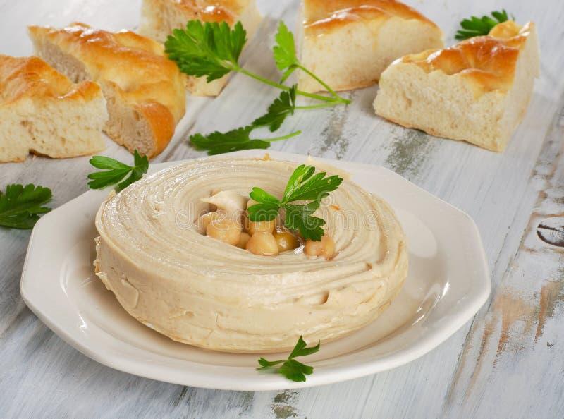 Plaat van een Gezonde Eigengemaakte Romige Hummus stock foto's