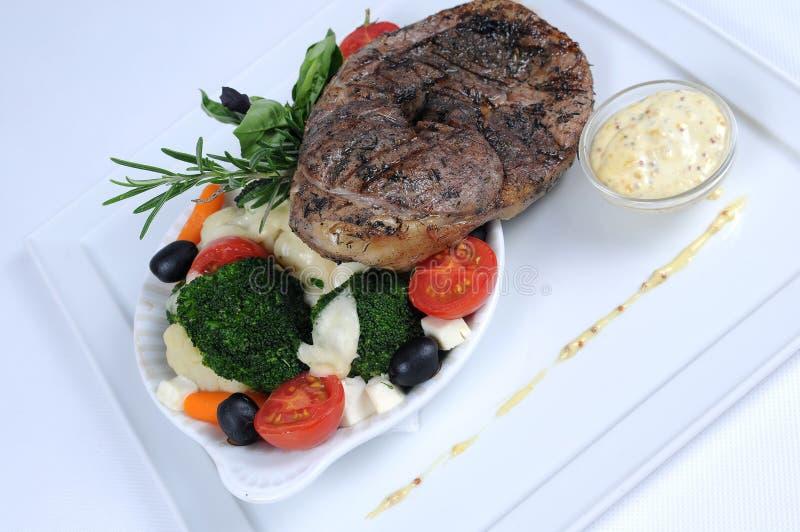 Plaat van fijne het dineren maaltijd - lam met groenten royalty-vrije stock afbeeldingen