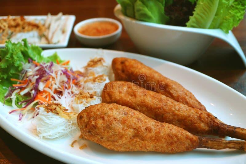 Plaat van gefrituurde Vietnamese fijngehakte garnaal die rond suikerriet met rijstvermicelli of Chao Tom wordt verpakt royalty-vrije stock afbeelding