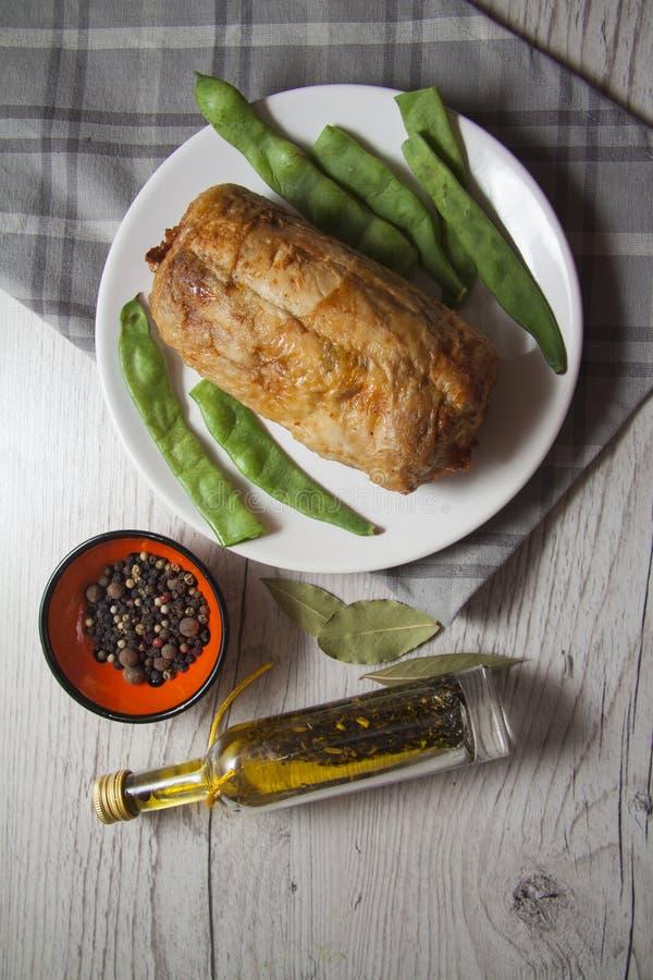 Plaat van geheel kippenbroodje en verse groenten stock fotografie