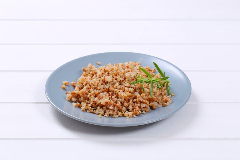 Plaat van gekookt boekweit stock foto