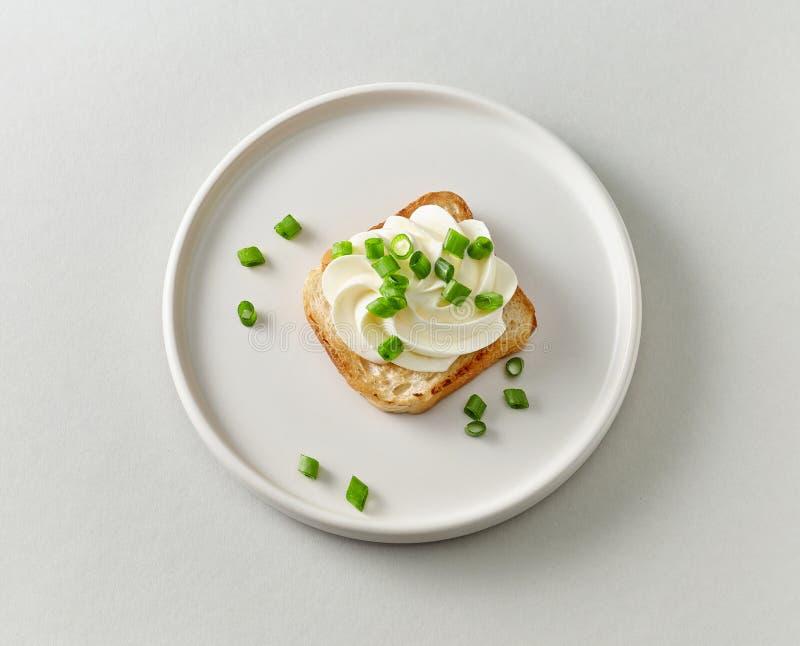 Plaat van geroosterd brood met roomkaas royalty-vrije stock afbeeldingen