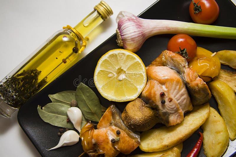 Plaat van geroosterde vissen met geroosterde aardappel royalty-vrije stock foto
