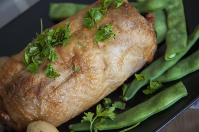 Plaat van gevuld avondmaal: kippenbroodje met aardappel en bonen royalty-vrije stock foto's